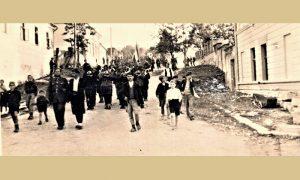 Kulturno umetnička grupa Komande užičkog vojnog područja maršira niz Rosulje