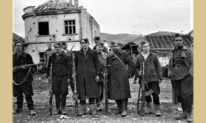 Partizani ulaze u Užice (foto I. Lazić ispred kuće užikog sarača Rada Subotića, koja je bila na mestu današnjeg parkinga Beogradske robne kuće)