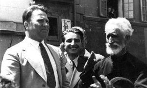 U publici povodom proslave oslobođenja Užica s desna tada pukovnik Milan Žeželj, do njega Baja Vidić i pop Vlada Zečević aplaudiraju