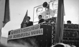 Prva proslava oslobođenja Užica. Na betonskoj bini fotografije Tita i Staljina, deli ih zvučnik