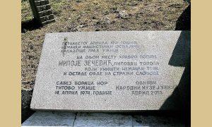 Na Sarića Osoju uz spomenik izginulim braniocima Užica aprila 1941. postavljena je i ploča znanome junaku