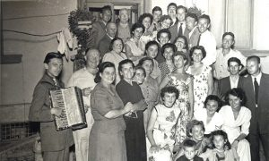 Mladi Žarko Petrović zabavlja komšije Prohorove na slavlju
