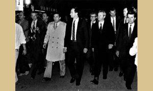 "Novinari, političari, predsednik Milošević, telohranitelji, obezbeđenje i nezaobilazni načelnik Megre u Užicu ispred ""Varteksa"""