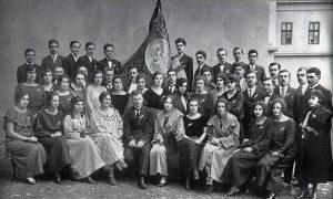 """Hor pevačkog društva """"Zlatiborska vila"""" sa osnivačem Stevanom Malenkovićem 1923. godine"""