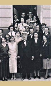 Cenjeni senator, direktor Gimnazije, Pavle Vujić sa kolektivom ispred Gimnazije