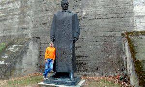 Tito smešten iza muzeja