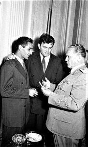 Fudbalska legenda Rajko Mitić, Vladimir Dedijer i Josip Broz Tito (foto Stevan Kragujević, 1960)