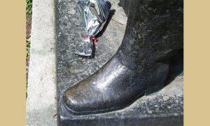 Tragovi glancanja leve čizme bronzanog maršala