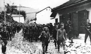 Partizani i četnici sprovode zarobljene nemačke vojnike niz Carinu