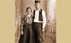 Momčilo sa posebnom svilenom šajkačom, ručnim radom, sa ženom Milenijom