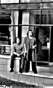 Na fotografiji sam u Momčilovom mantilu i Prokinim pantalonama