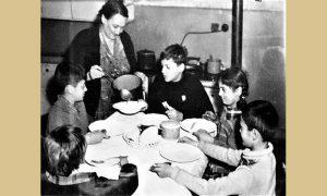 Zora Gruden sa decom dok su živeli u Užicu