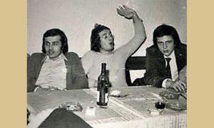 Gaga sa prijateljima na dočeku nove 1975 godine u baru na Zlatiboru (prvi sa desna)