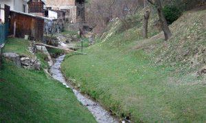 Gluvaći potok u toku kroz naselje Gluvaći
