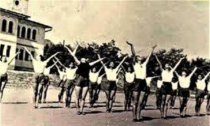 "Članice DTV ""Partizan"" vežbaju 1957. ispred Sokolane"