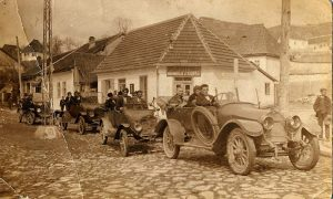 Savo Radović u prvom užičkom automobilu koji su mu ostavili engleski misionari, volan je na desnoj strani i ostali taksisti taksiraju sahranu