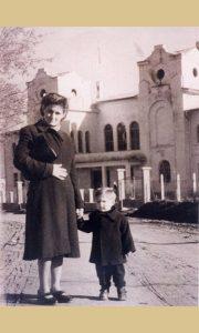 Sa majkom Verom ispred Sokolane 1956. godine