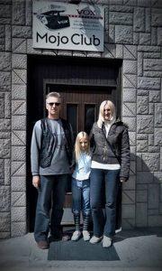 Porodica Zorana Mitrića Šmita ispred svog kluba