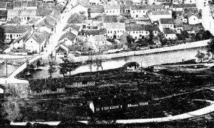 """Desno od Kaspčića mosta nekadašnja zgrada prve fabrike Užicu, fabrike ćebadi u kojoj je bio neko vreme smešten """"Orfelinat"""""""