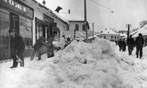 """Sneg kod OŠ """"Andrija Đurović"""" na glavnoj, 1962."""