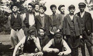 Stariji razredi i srednoškolci su nosili šapke sa mesinganim brojem razreda