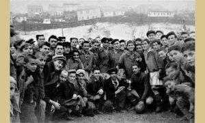 """Navijači i igrači """"Prvog partizana"""" na stadionu, početak pedestih 20. veka (u sredini M. Vasović i Mlađo Kazandžija)"""