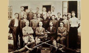 Učenici Puškarske škole 1934. godine sa nastavnicima