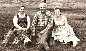 Bogoljub Vasiljević Čančo sa ženom Racom (levo) i Milostivom Kadić na izletu u Gluvaćima