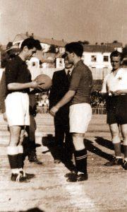 Vasović predaje loptu kapitenu Partizana