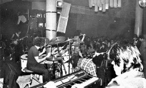 Nastup Kilo i po u programu diskoteke OK, Rista gitarista u elementu prvi s leva