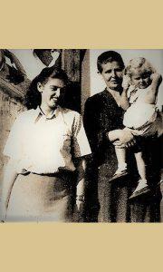 Pinja sa Majkom Vidom - Dadom koja drži njenu ćerkicu Vesnu