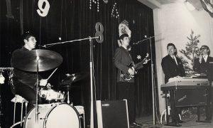 Braća Muline, Vojo bubnjar i Slobo bas gitara, Miloš Broćić klavijature, pevač Vlade Mršević, doček nove 1964. godine u Domu JNA