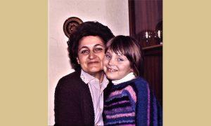 Nastavnica Vera Kovačević sa unukom Majom, onako kako je najviše zapamtile generacije đaka