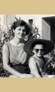 Sa mamom Verom 1962. u dvorištu Omladinske 28