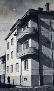 U produžetku prvoizgrađene stambene zgrade na Megdanu, vide se i danas postojeće stare užičke kuće
