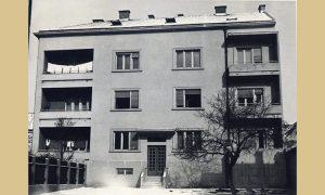 Snimak zgrade gledano od apoteke, na terasi se suše pelene, znak da tu stanuje mladi bračni par