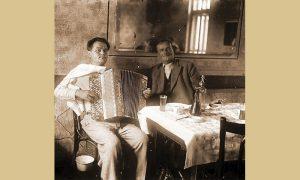 Mišo Drobnjaković u sali starog Hotela Zlatibor sa harmonikašem