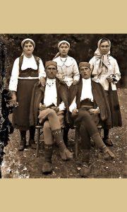 "Užičani i Užičanke tridesetih godina 20 veka nose opanke. Prva devojka s leva ima tzv. Batine ""Gumenjake"""