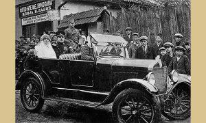 Mladi Kalčo u svom Fordu vozi mladence