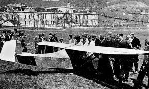 "Dvosedna jedrilica ""Cikling"" na krčagovskom polju, mladić sa šeširom Radoje Ljubičić, iza njega sa kačketom Kalčo"