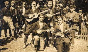 Mladi Aco Radović sa mandolinom, svojim prvim istrumentom