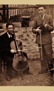 Braća Milorad i Aco Radović muziciraju u svom dvorištu 1944. godine