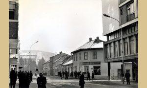 Pred rušenje centralni deo Užica snimljen niz glavnu ulicu prema Dovarju na uglu Vukosavljevića kuća