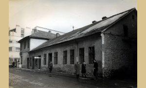 Na uglu centralnog dela grada jedina stambena zgrada od svih prikazanih koja i danas postoji