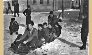 Mladi Srbo Nikitović za volanom jednog od carinjaških bobova na raskrsnici Rakijskog