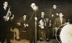 Mićo Korać peva koristeći prvi užički razglas i zvučnik umesto mikrofona