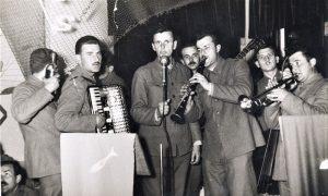 Brole u Vojsci sa harmonikom, Boki Milošević sa klarinetom, a sa basom Pavle Minčić