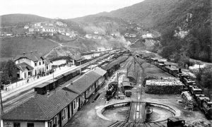 Kompleks užičke železničke stanuce 1938. godine na Dovarju se vidi deo Železničke ulice
