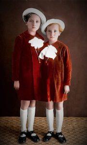 Dve užičke devojčice sa zvončićima na Vrbicu (obojio Zoran Domanović)