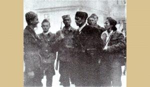 Mladi Nikola Ljubičić razgovara sa Titom i Davorjankom u Jajcu septembra 1942.god.